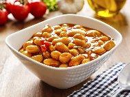Боб яхния – класическа рецепта с лук, морков, червена чушка и доматено пюре
